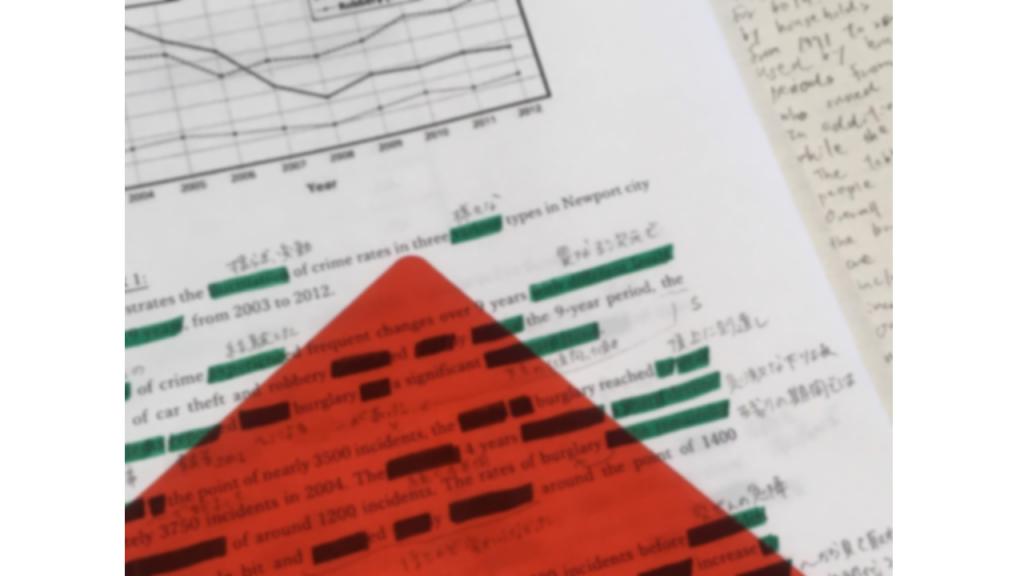 赤い下敷きと緑のペンで暗記する